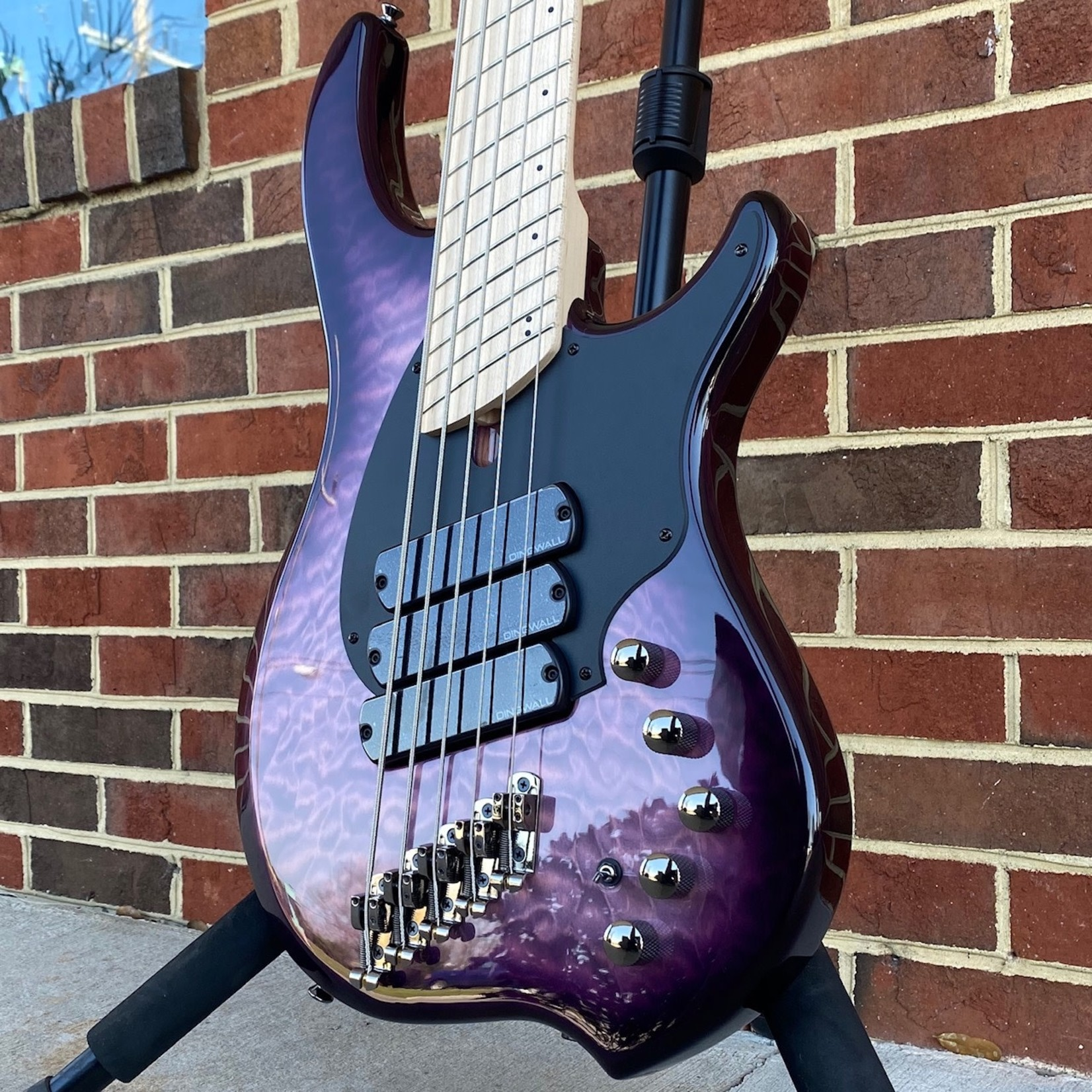 Dingwall Dingwall Combustion 5-String, 3x Pickups, Ultra Violet, Quilted Maple Top, Swamp Ash Body, Maple Fretboard, Dingwall Gig Bag