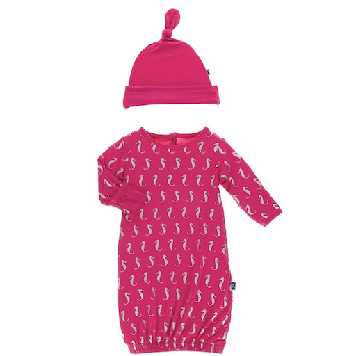 KICKEE PANTS PRINT LAYETTE GOWN & SINGLE KNOT HAT SET IN PRICKLY PEAR MINI SEAHORSES