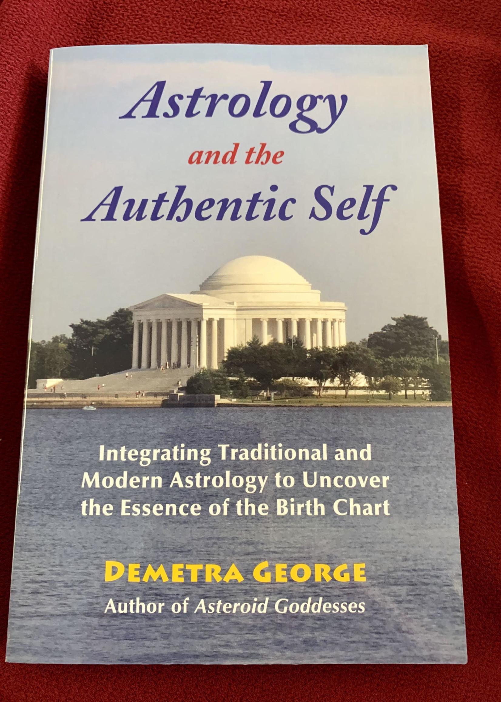 Astrology and the Authentic Self Integrating Traditional and Modern Astrology to Uncover the Essence of the Birth Chart - Demetra George