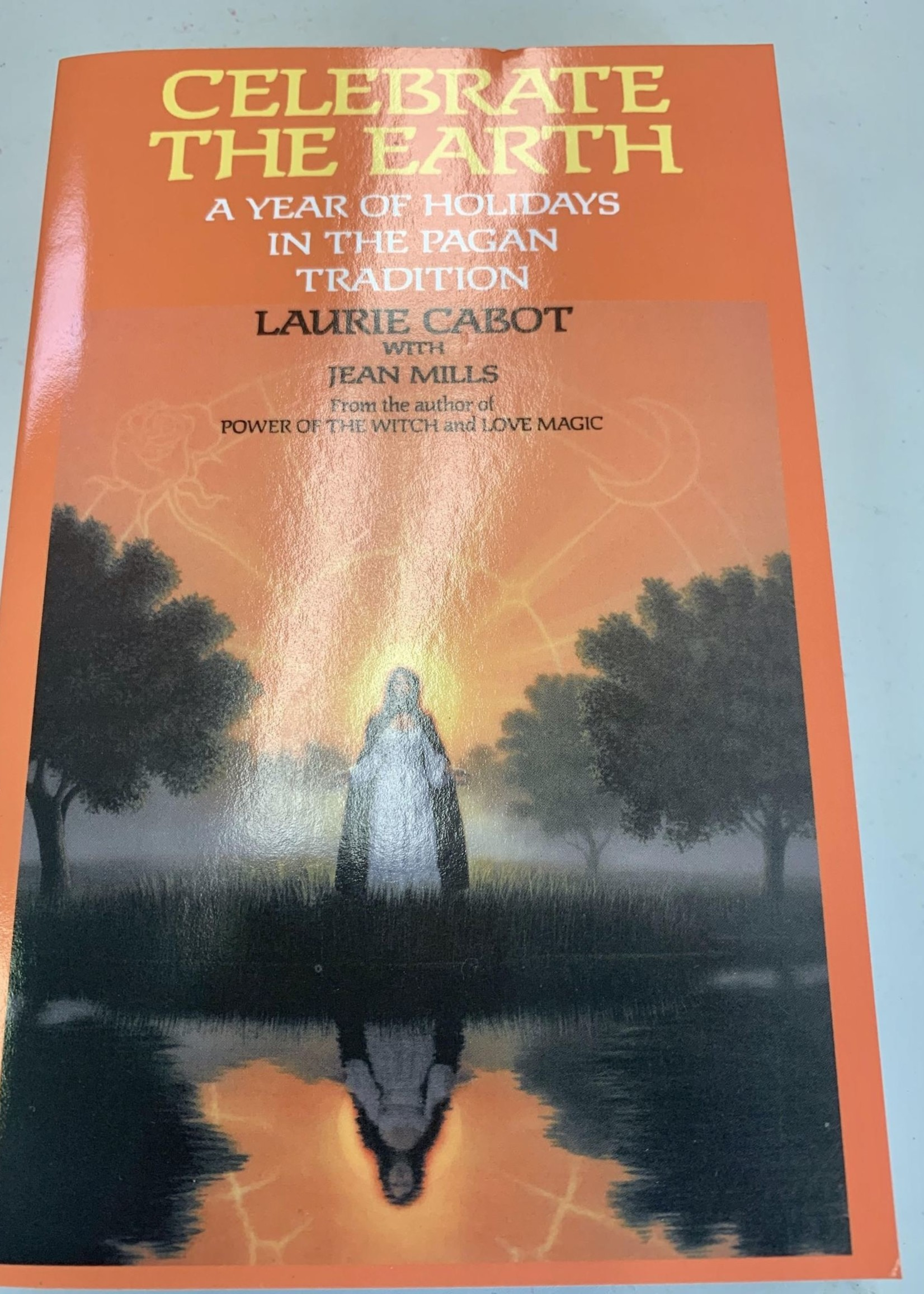 Celebrate the Earth A YEAR OF HOLIDAYS IN THE PAGAN TRADITION - LAURIE CABOT